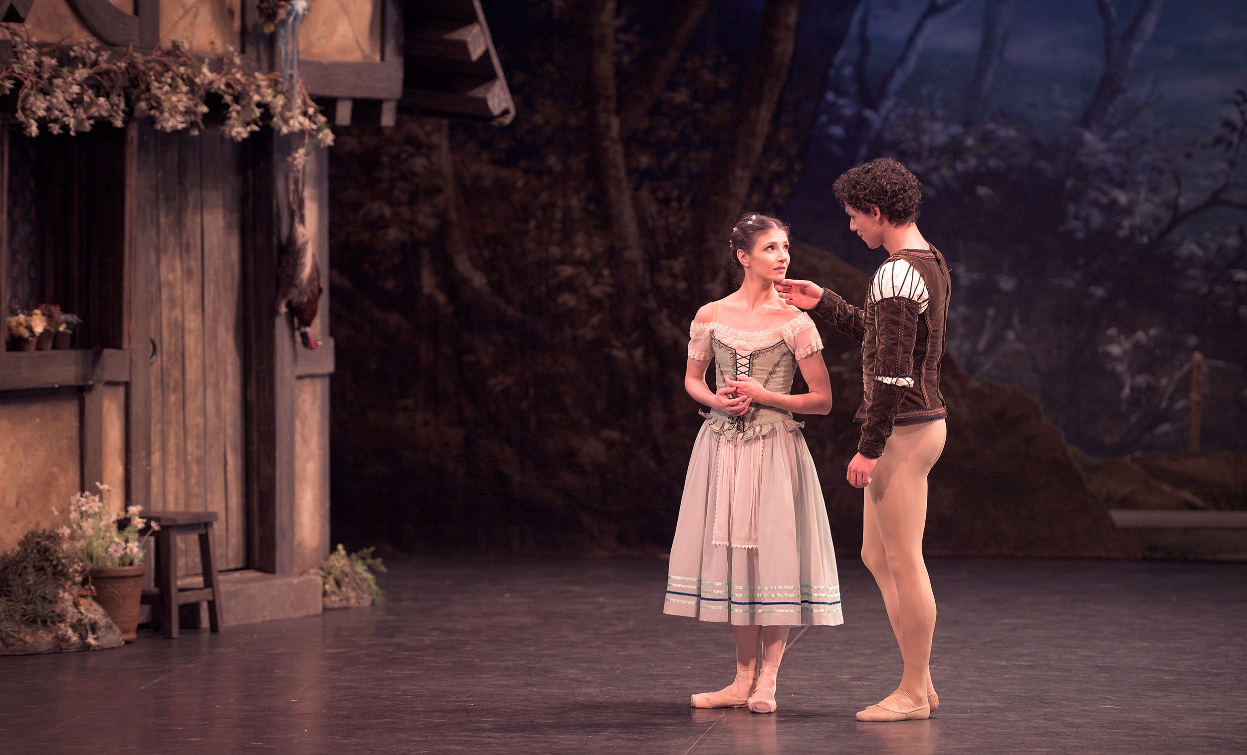 Alina Cojocaru and Isaac Hernandez in Mary Skeaping's Giselle © Laurent Liotardo