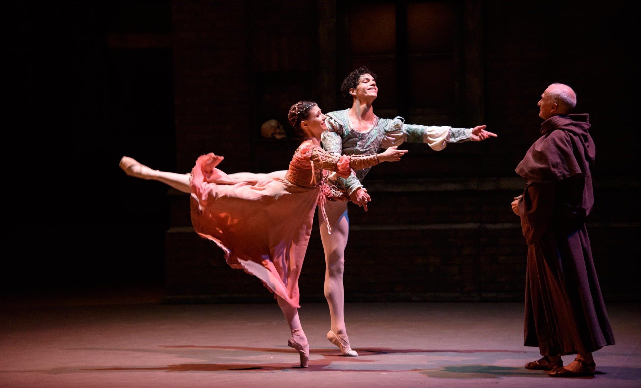 Alina-Cojocaru-and-Isaac-Hernandez-in-Romeo-&-Juliet-©Bill-Cooper