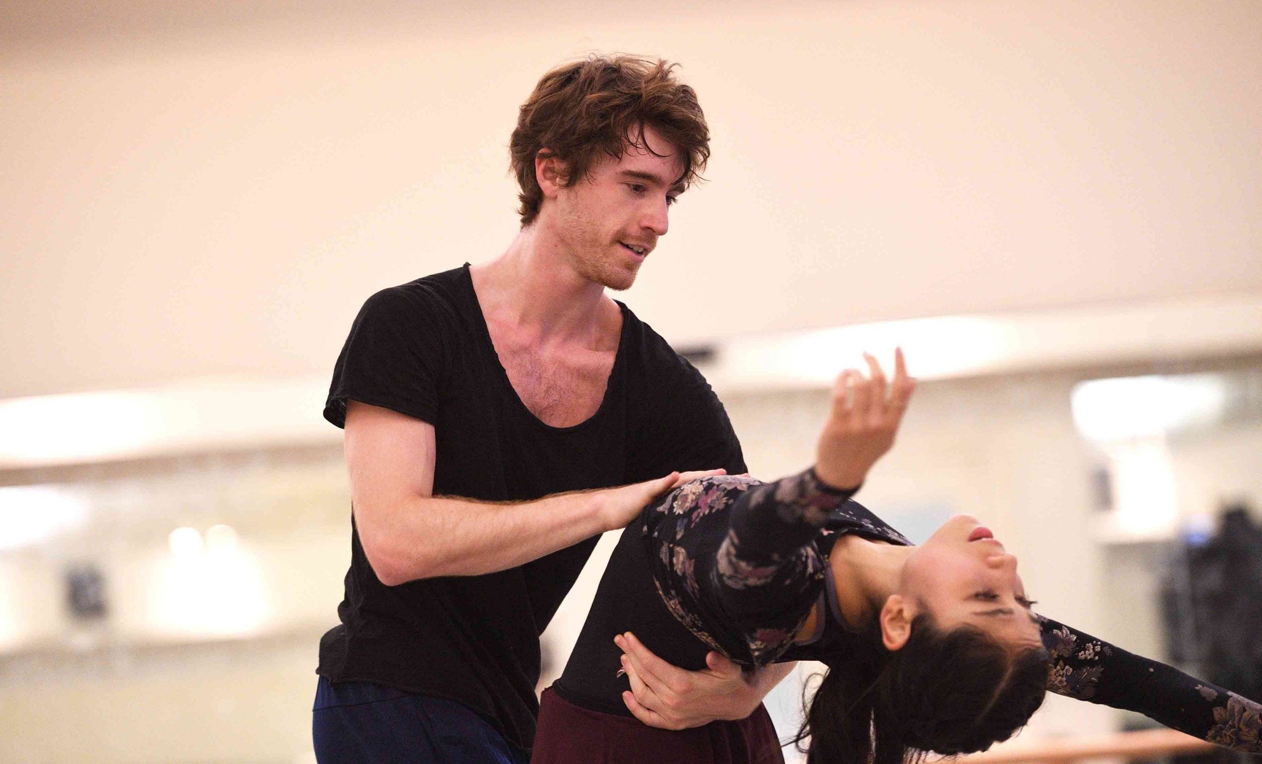Crystal-Costa-and-Aitor-Arrieta-rehearsing-Akram-Khan's-Giselle-©-Laurent-Liotardo-(3)