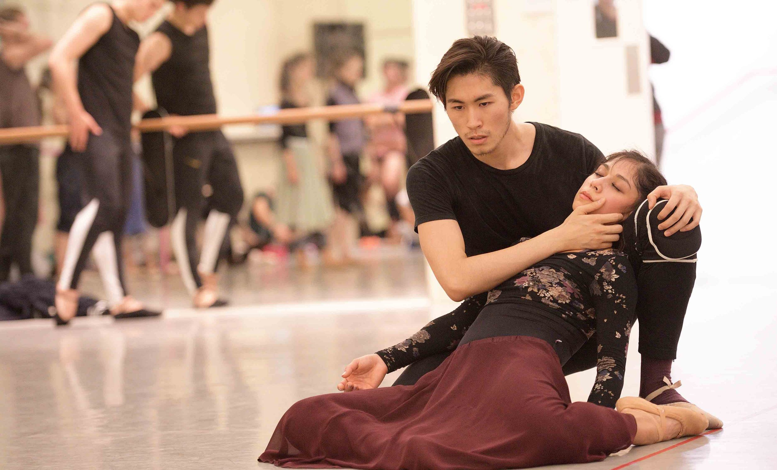 Crystal-Costa-and-Ken-Saruhashi-rehearsing-Akram-Khan's-Giselle-©-Laurent-Liotardo