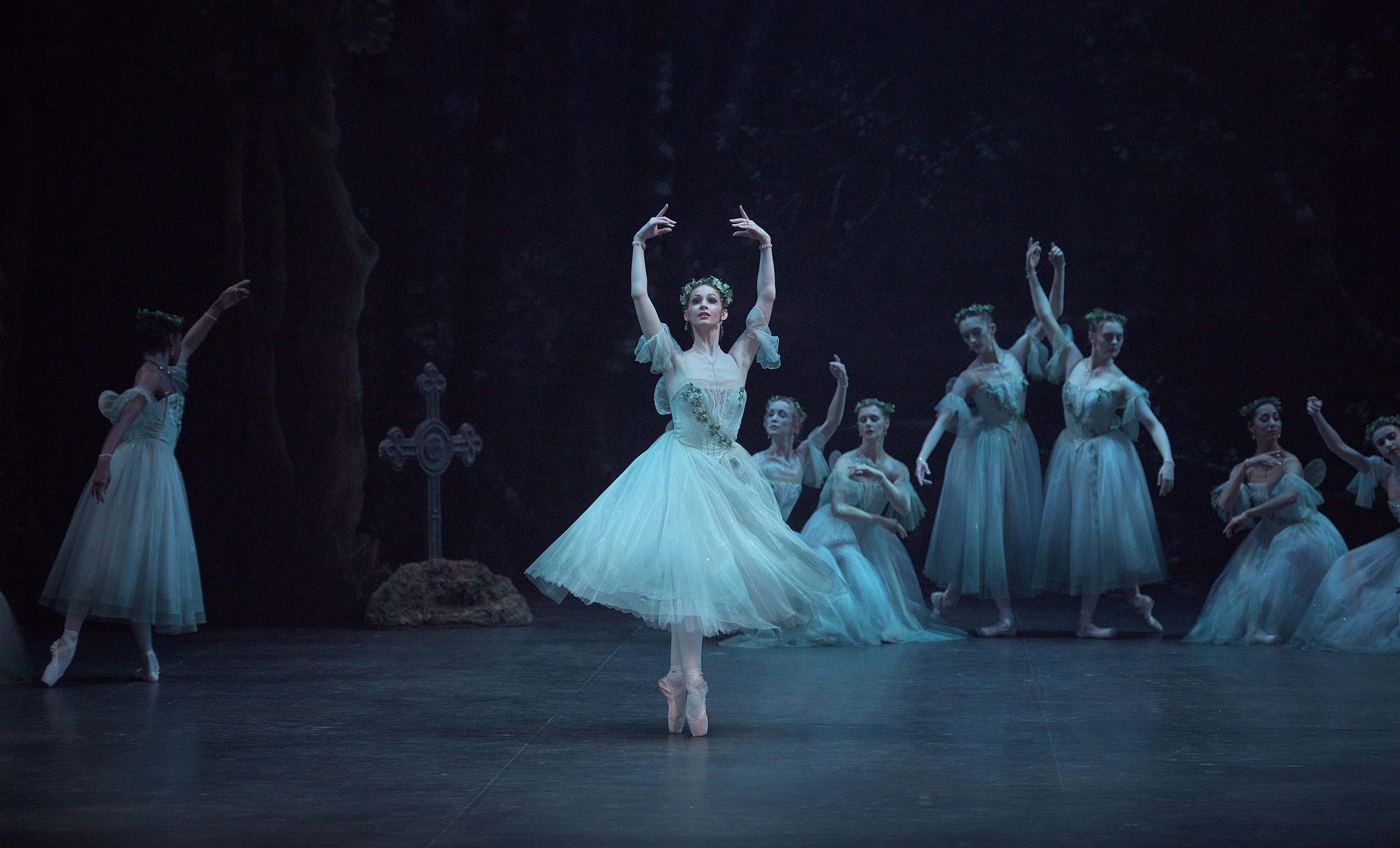 Laurretta-Summerscales-as-Myrtha-in-Mary-Skeaping's-Giselle-(c)-Laurent-Liotardo-(4)