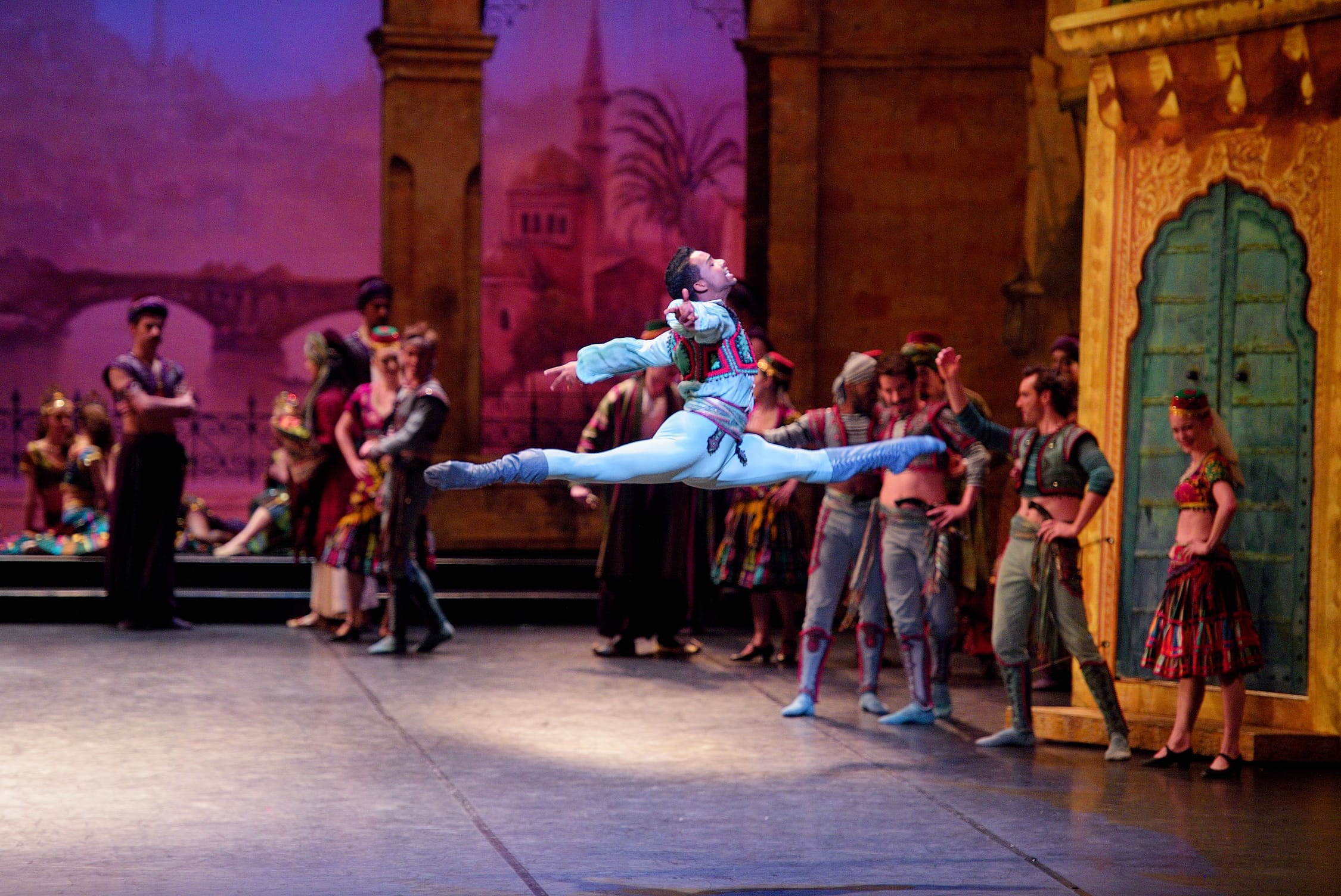 Osiel Gouneo as Conrad in Le Corsaire © Laurent Liotardo