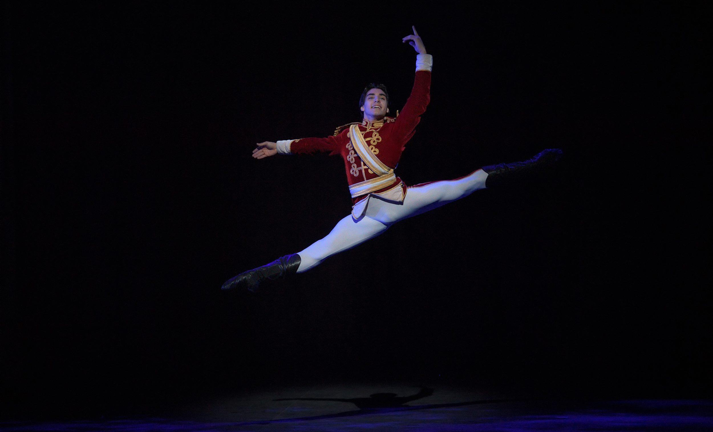 Cesar-Corrales-in-English-National-Ballet's-Nutcracker-(C)-Laurent-Liotardo-2500px-for-web