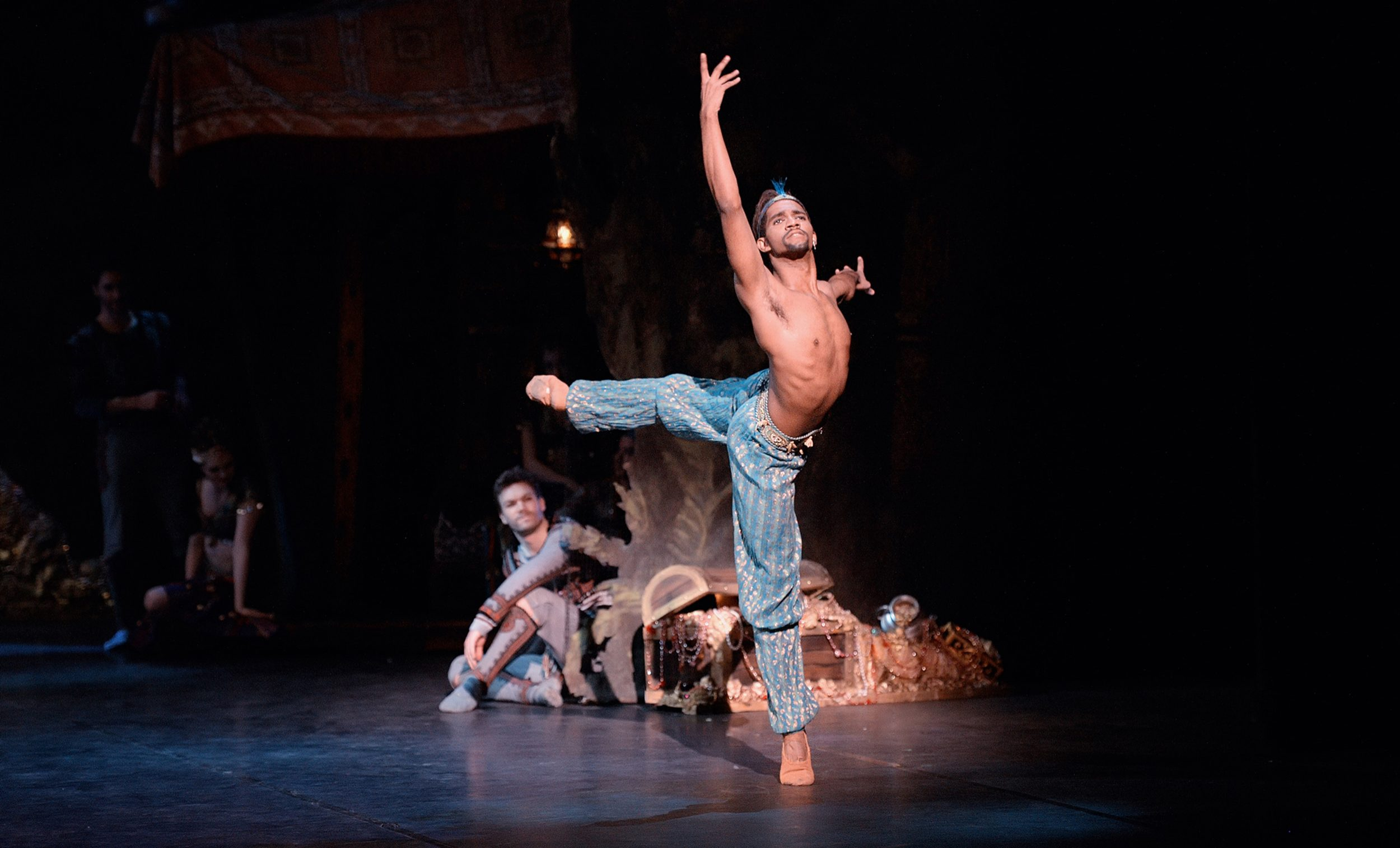 Junor Souza as Ali in Le Corsaire © Laurent Liotardo