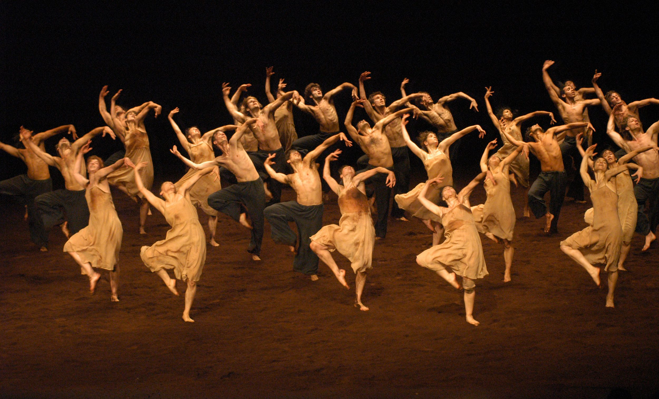 LE-SACRE-DU-PRINTEMPS-Ensemble-2006-phot-ulli-weiss-copyright-pina-bausch-foundation