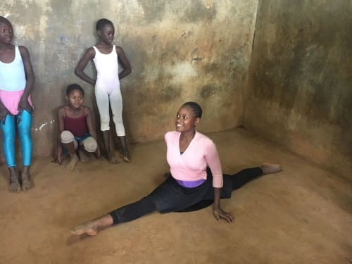 Student of the Kibera Ballet Club stretching © Isabelle Brouwers