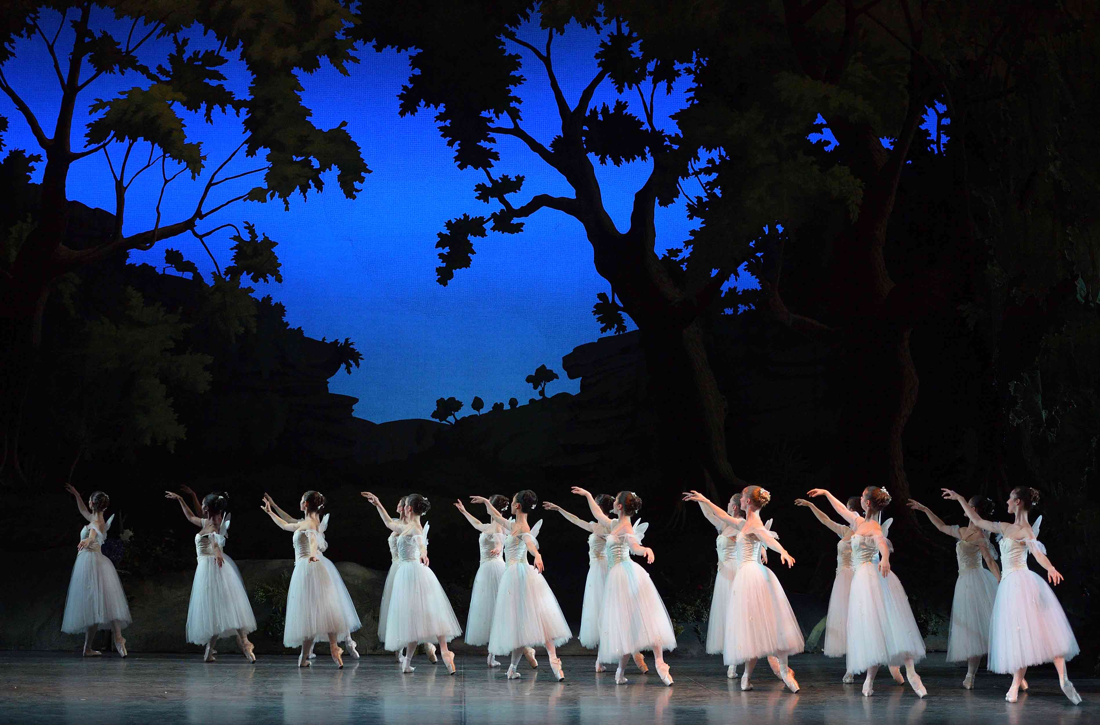 English-National-Ballet-in-La-Sylphide-©-Laurent-Liotardo-(5)