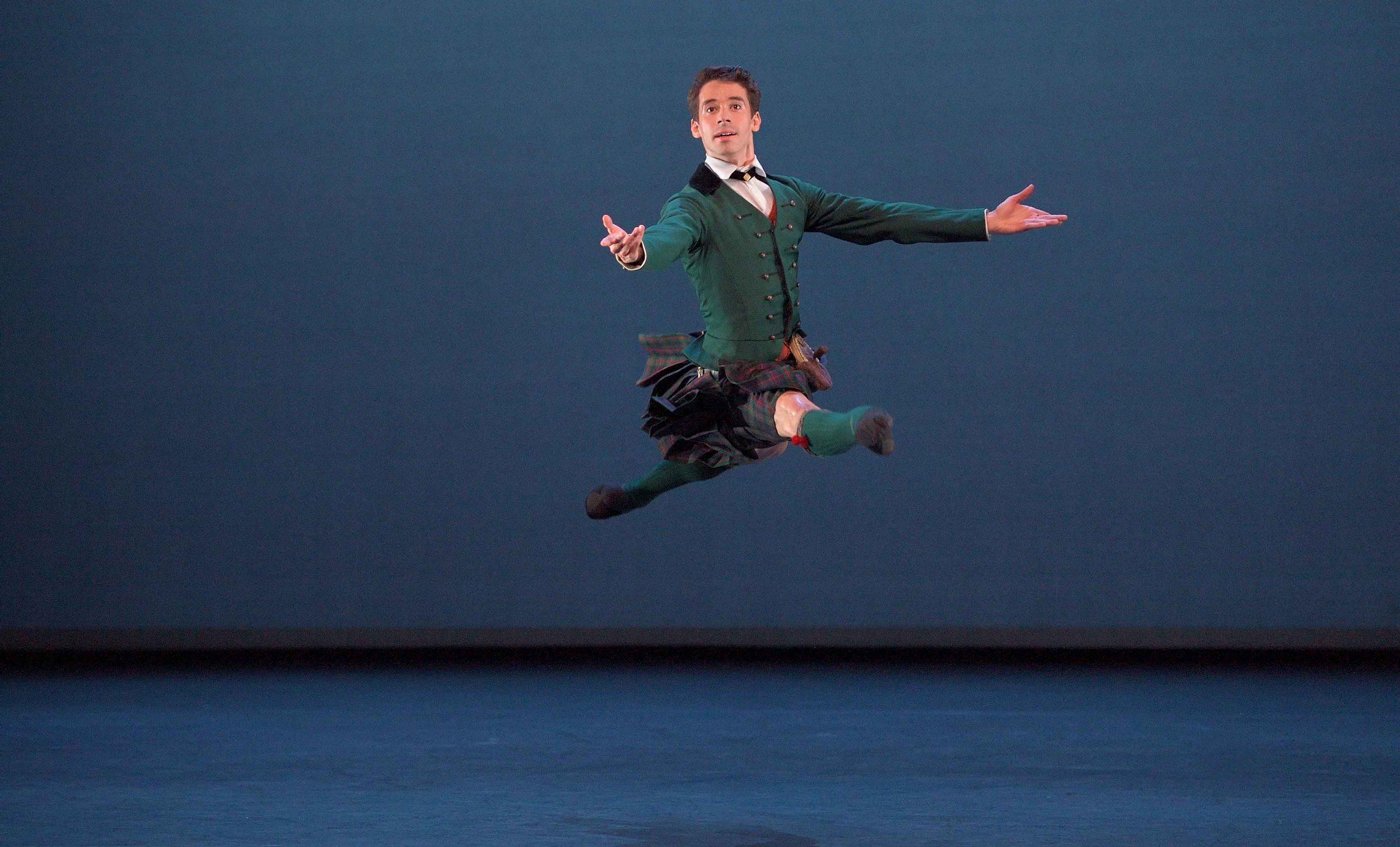 Guilherme-Menezes-performing-La-Sylphide-pas-de-duex-©-Laurent-Liotardo