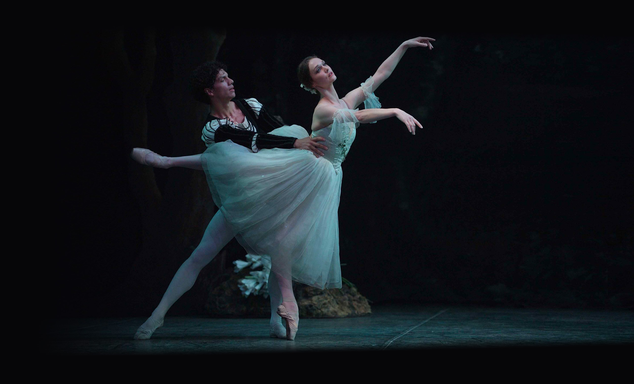 Jurgita-Dronina-as-Giselle-and-Isaac-Hernandez-as-Albrecht-in-Mary-Skeaping's-Giselle-(c)-Laurent-Liotardo
