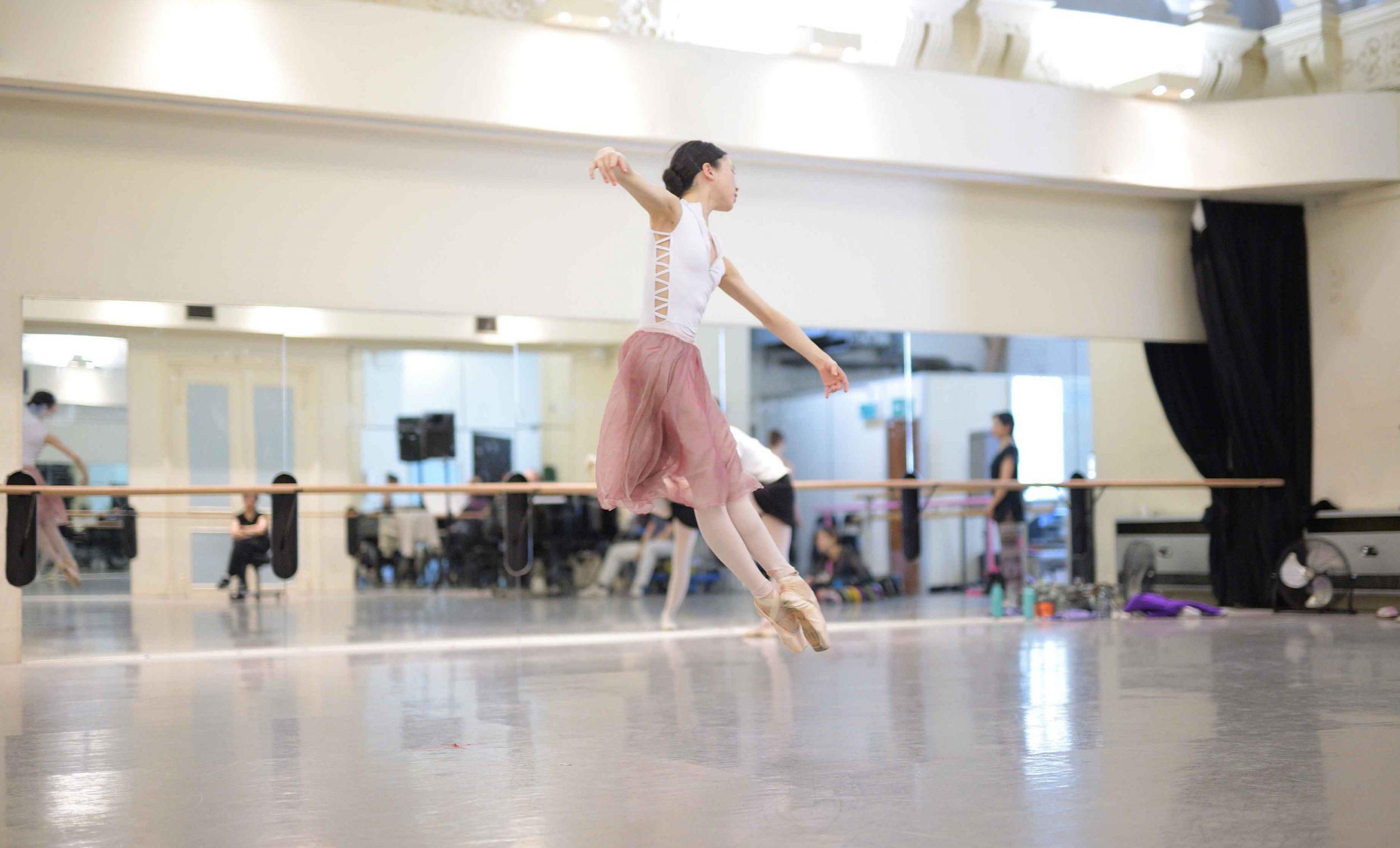 Rina-Kanehara-rehearsing-La-Sylphide-©-Laurent-Liotardo