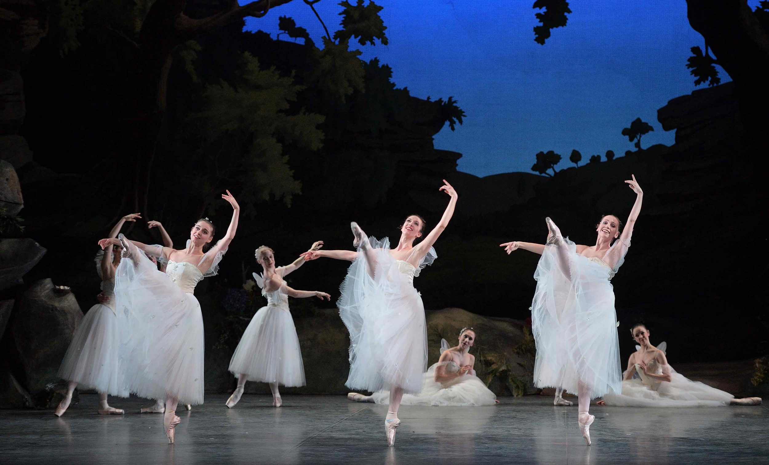 English-National-Ballet-in-La-Sylphide-©-Laurent-Liotardo-(1)