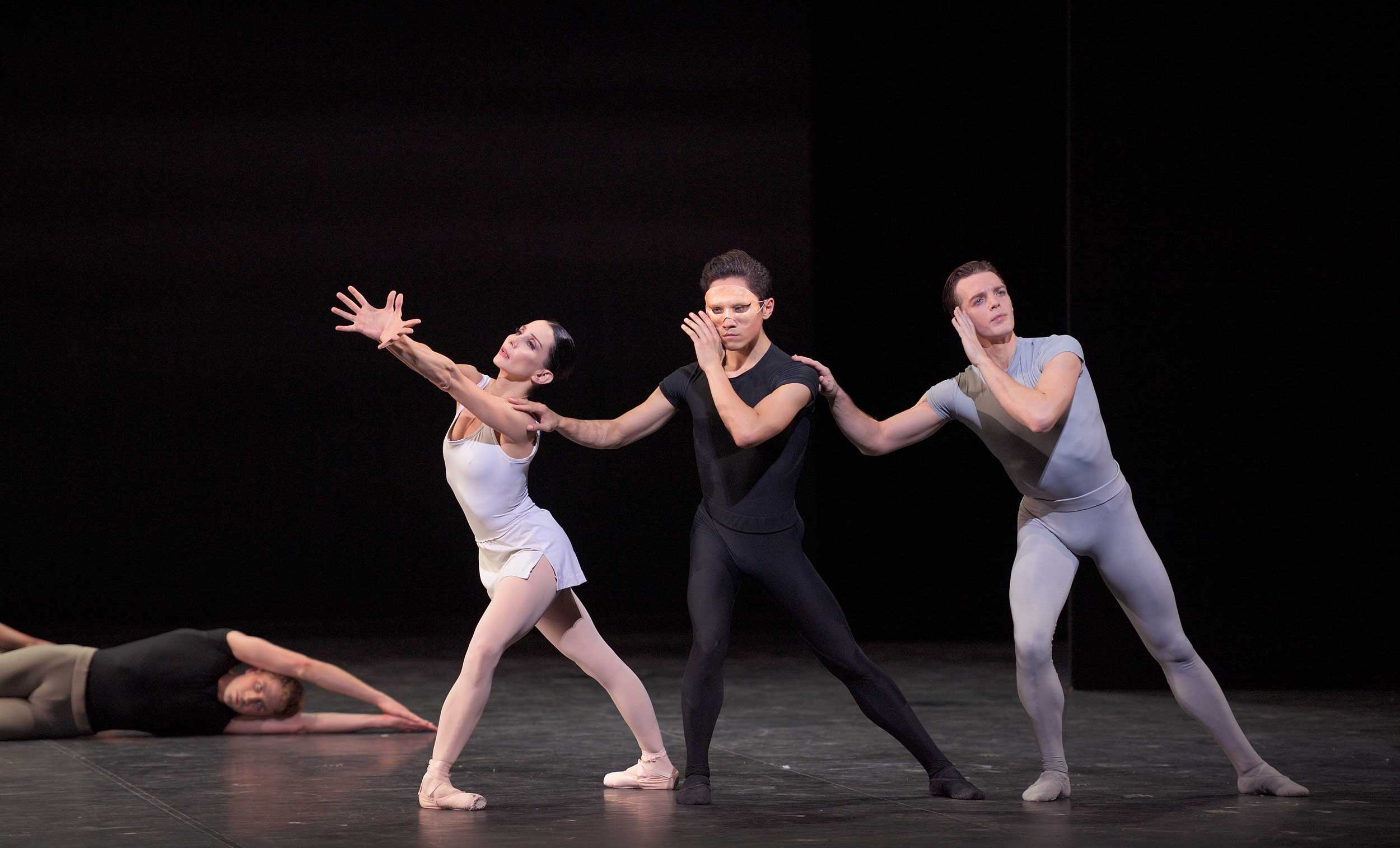Tamara-Rojo,-Jeffrey-Cirio-and-Joseph-Caley-in-Song-of-the-Earth-©-Laurent-Liotardo-(3)