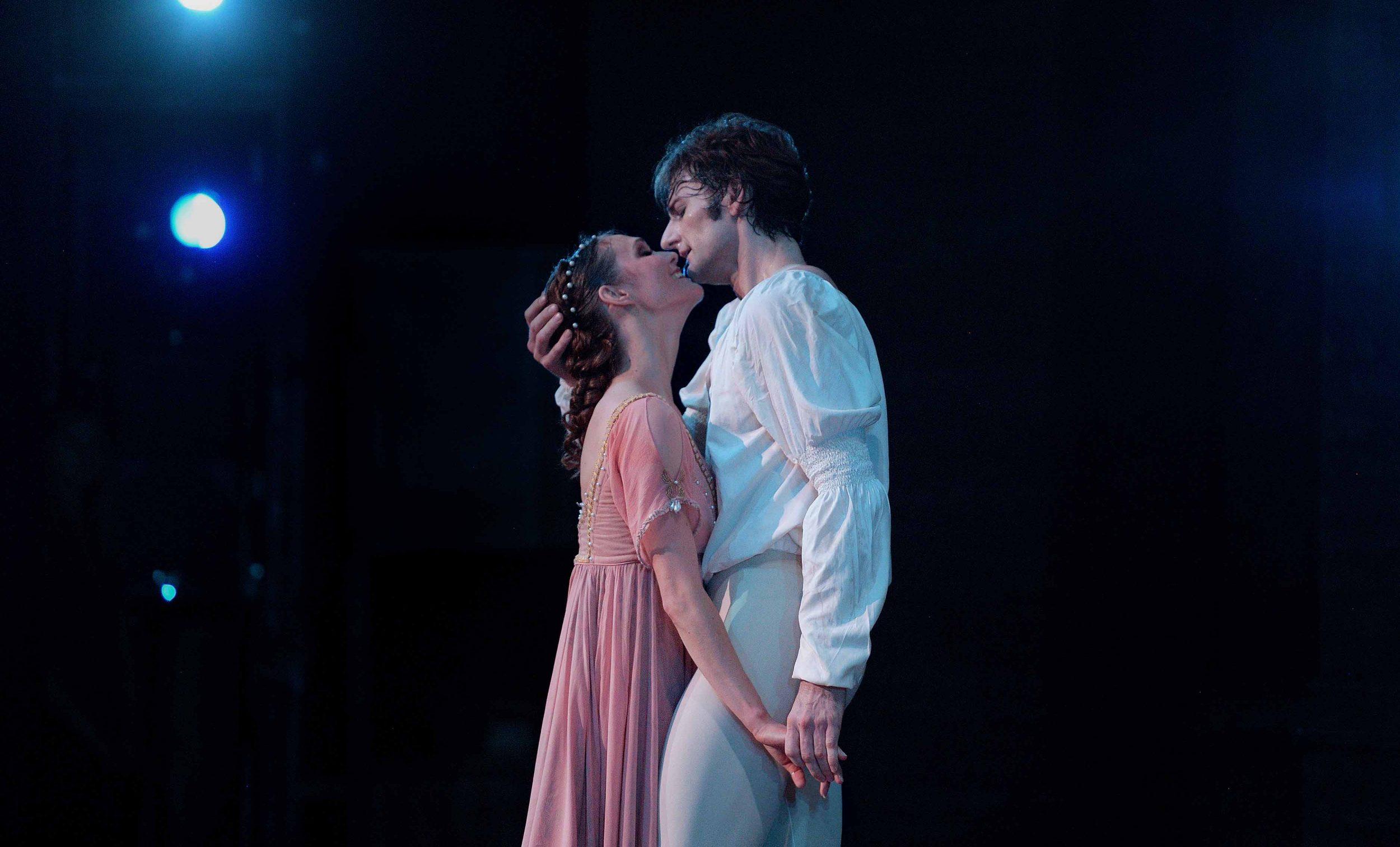 English-National-Ballet,-Jurgita-Dronina-and-Aaron-Robison-in-Romeo-&-Juliet-(C)-Laurent-Liotardo-(5)