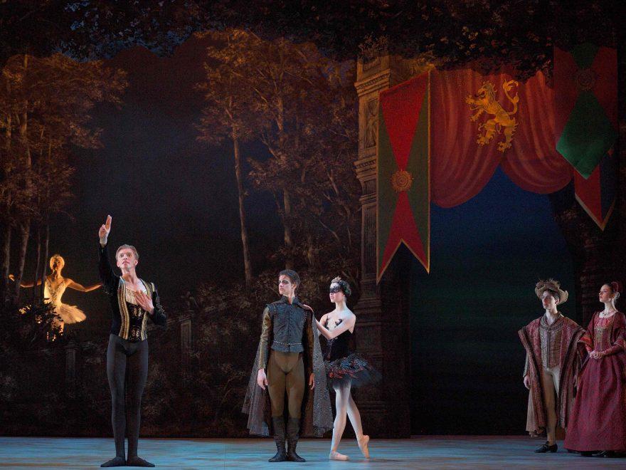 English-National-Ballet-School-students-in-My-First-Ballet-Swan-Lake-©-Laurent-Liotardo-(2)