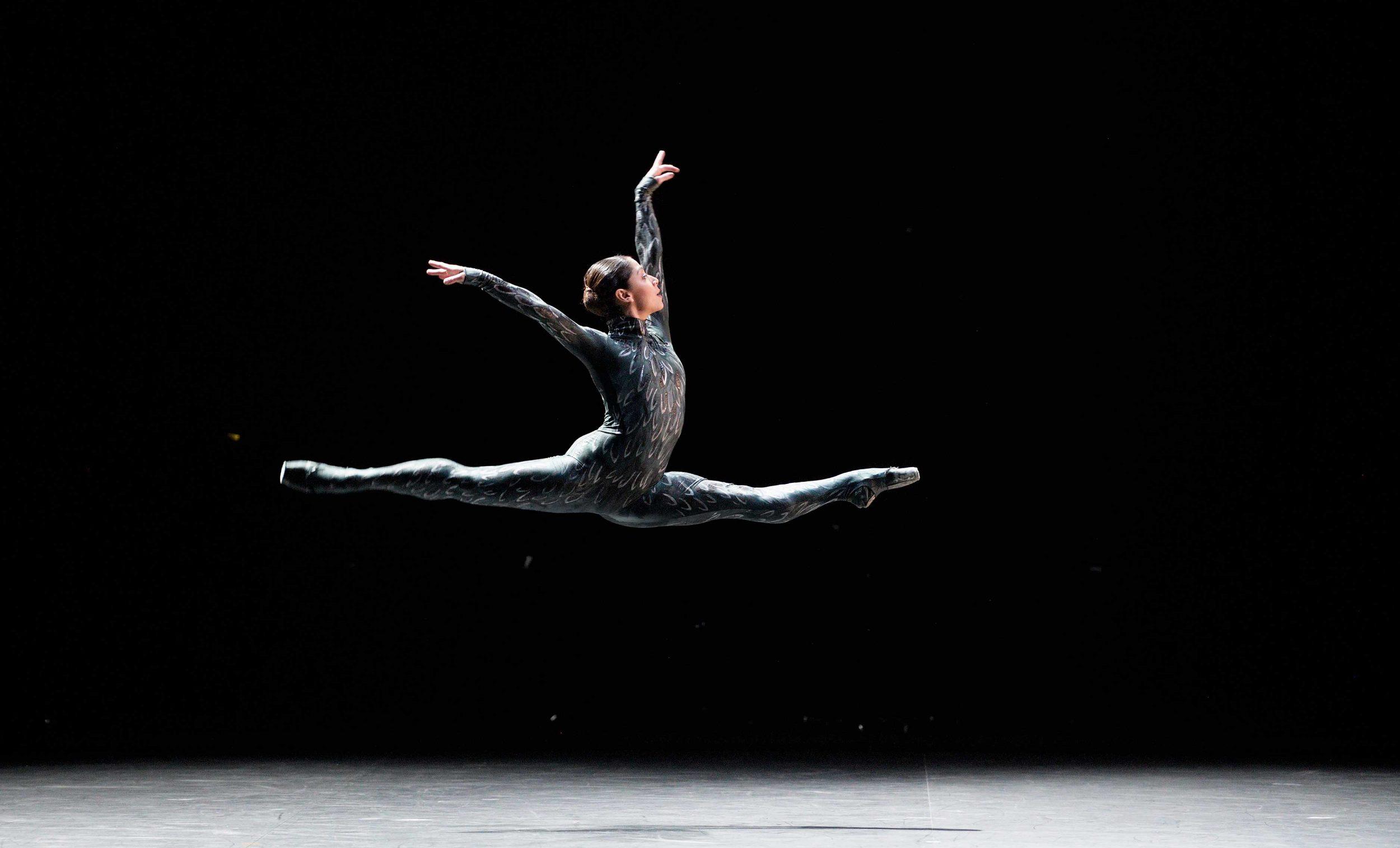 Crystal-Costa-in-Fantastic-Beings-by-Aszure-Barton-©--Laurent-Liotardo
