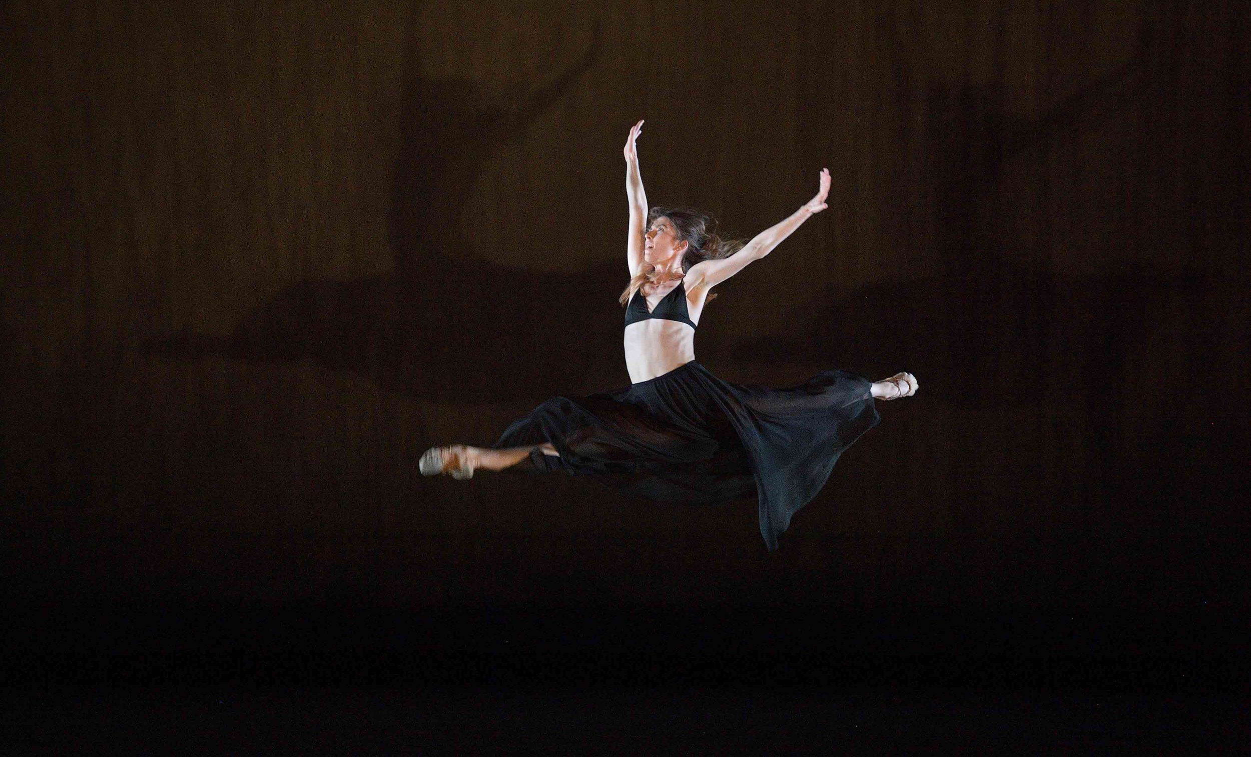 Connie-Vowles-performing-Be-all--End-all-©-Laurent-Liotardo(3)