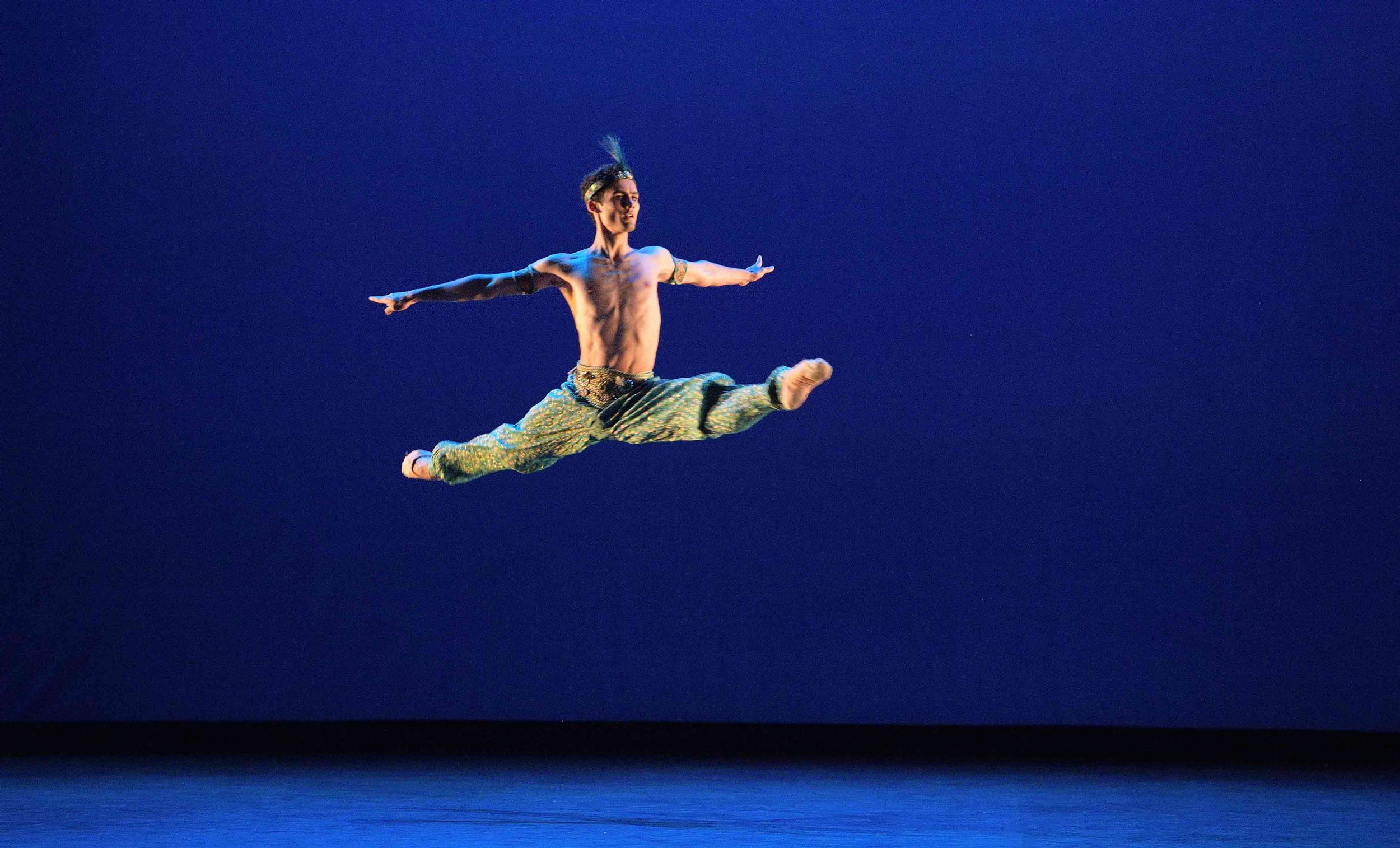 Daniel-McCormick-performing-Le-Corsaire-©-Laurent-Liotardo-(4)