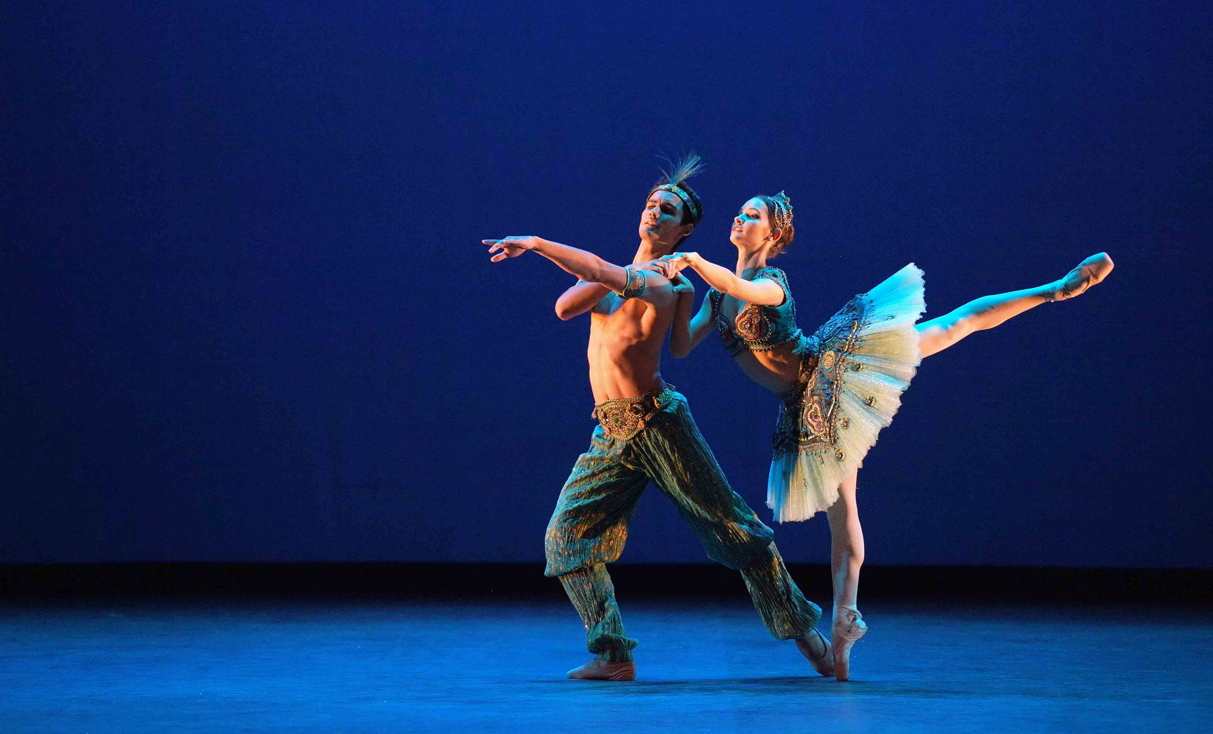 Francesca-Velicu-and-Daniel-McCormick-performing-Le-Corsaire-©-Laurent-Liotardo-(1)