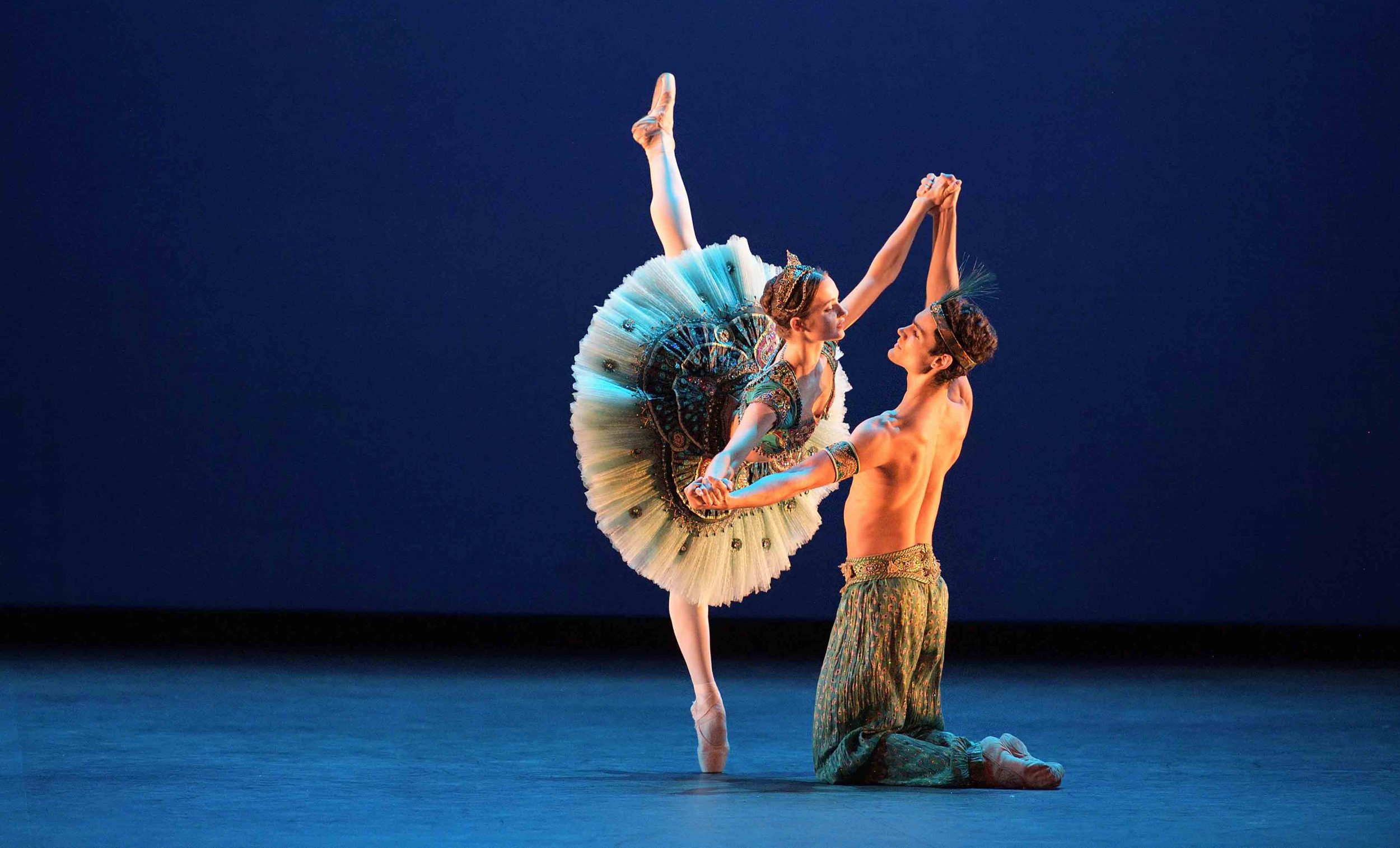 Francesca-Velicu-and-Daniel-McCormick-performing-Le-Corsaire-©-Laurent-Liotardo-(3)