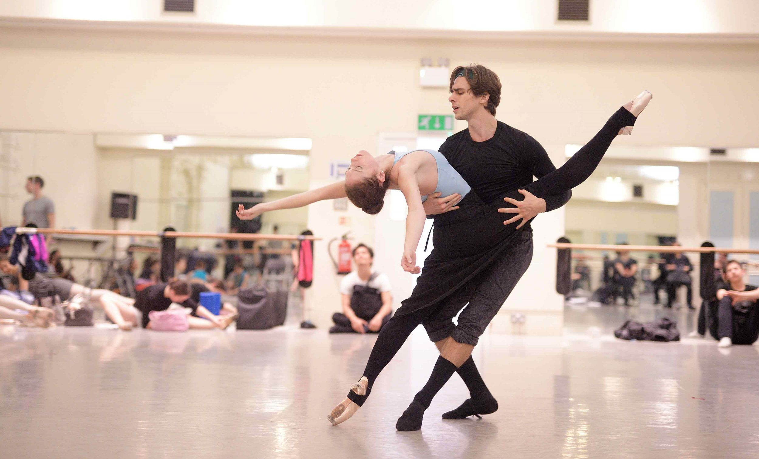 Alison-McWhinney-and-Francesco-Gabriele-Frola-in-rehearsals-for-Manon-(c)-Laurent-Liotardo-1_WEB