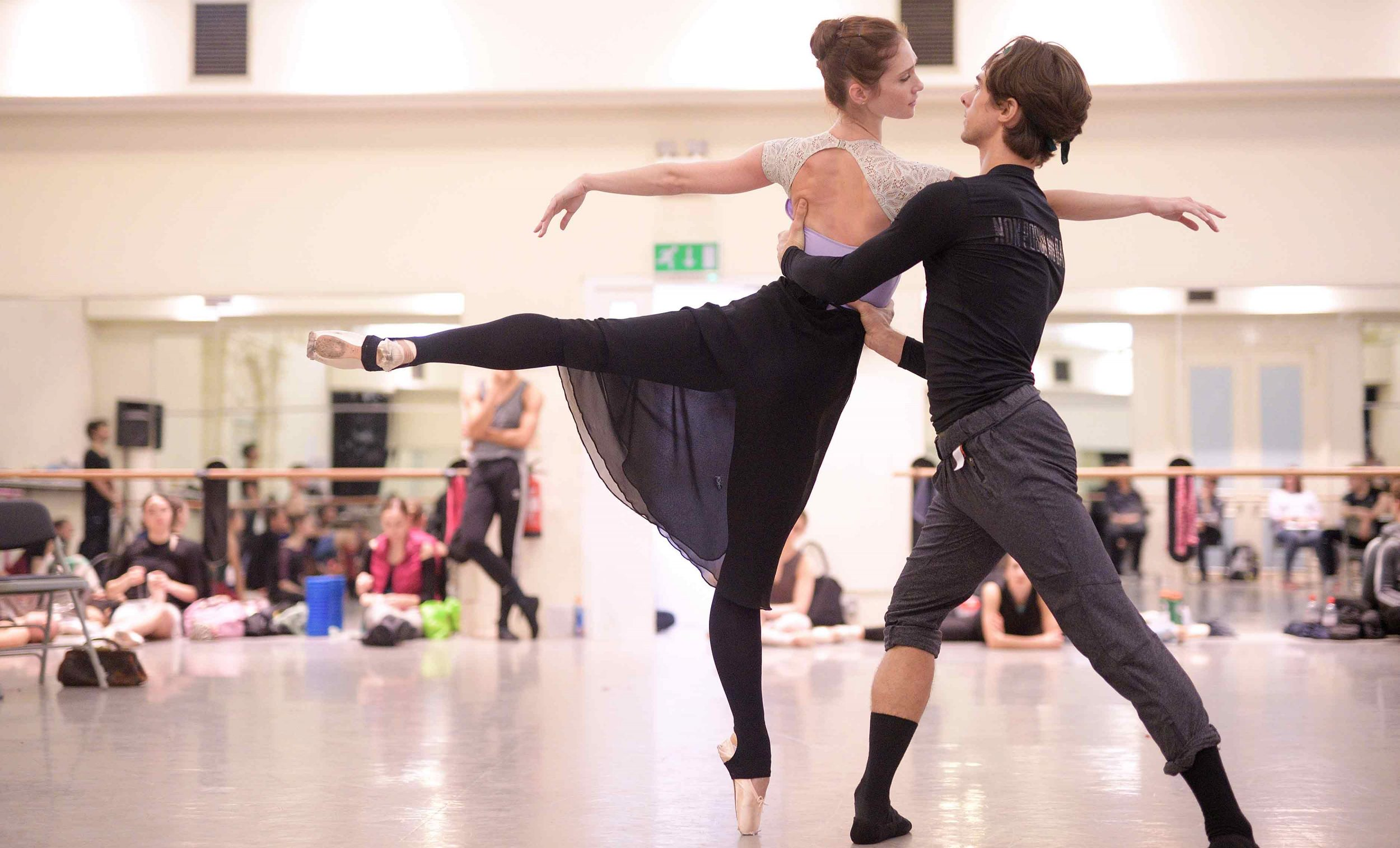 Alison-McWhinney-and-Francesco-Gabriele-Frola-in-rehearsals-for-Manon-(c)-Laurent-Liotardo-(2)_WEB