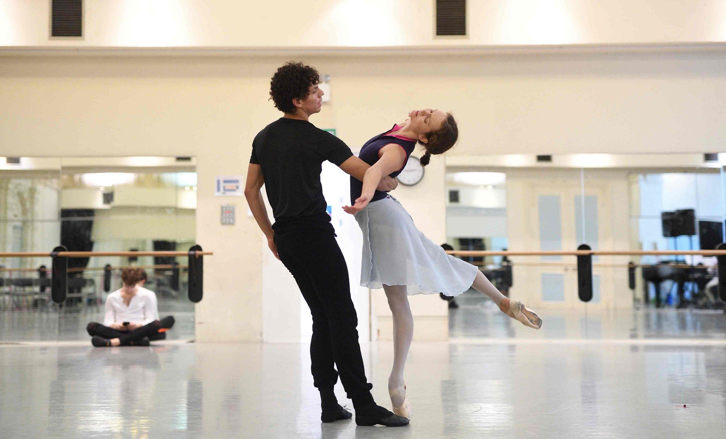 Isaac Hernandez and Jurgita Dronina in rehearsals for Manon © Laurent Liotardo.