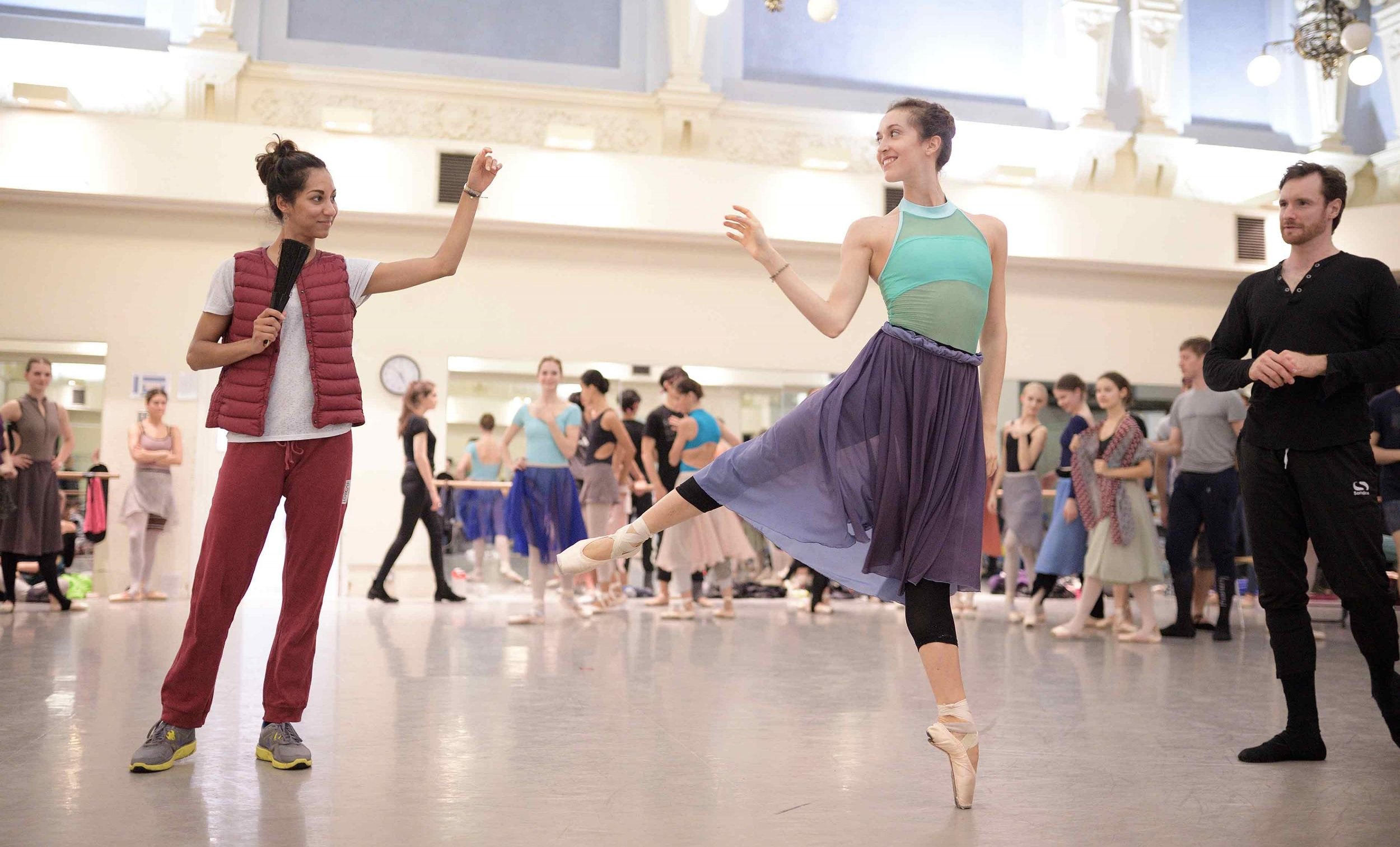 Sarah-Kundi,-Alice-Bellini-and-James-Streeter-in-rehearsals-for-Manon-(c)-Laurent-Liotardo_WEB