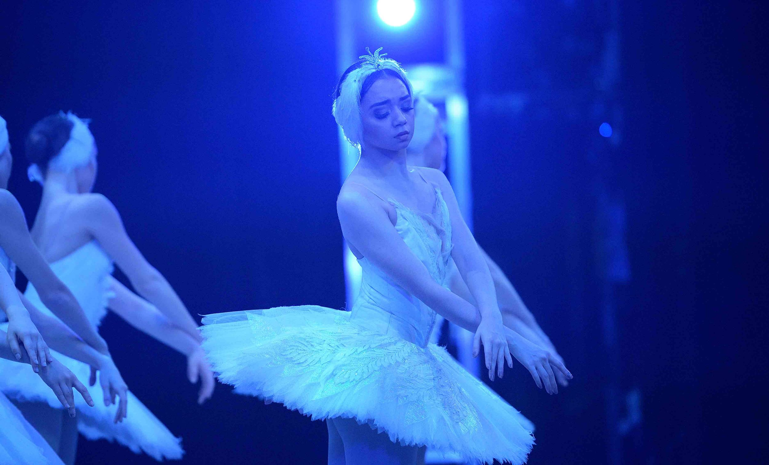 Carolyne-Galvao-in-Swan-Lake-(c)-Laurent-Liotardo_WEB