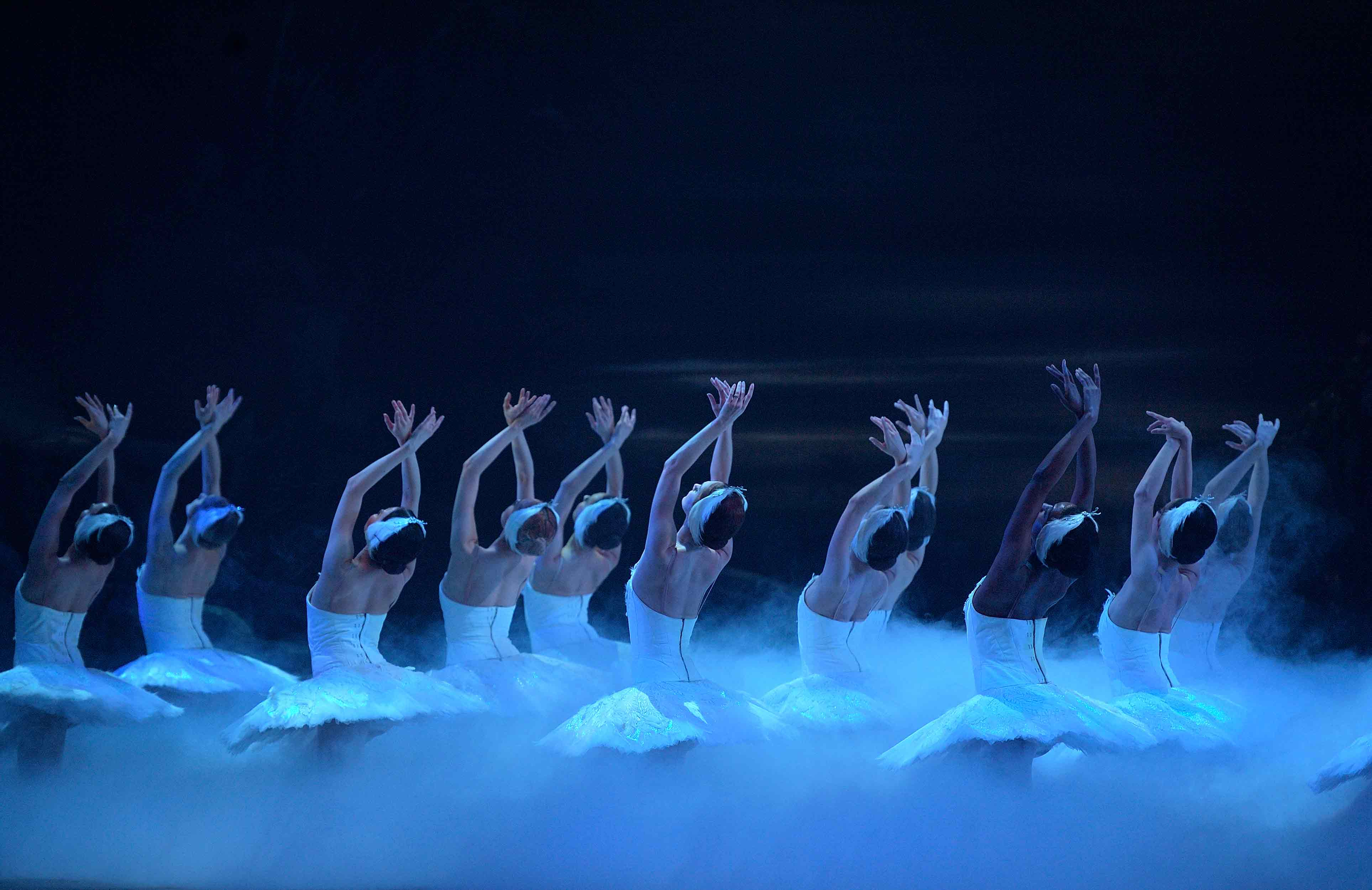 English-National-Ballet-in-Swan-Lake-©-Laurent-Liotardo-(6)_WEB