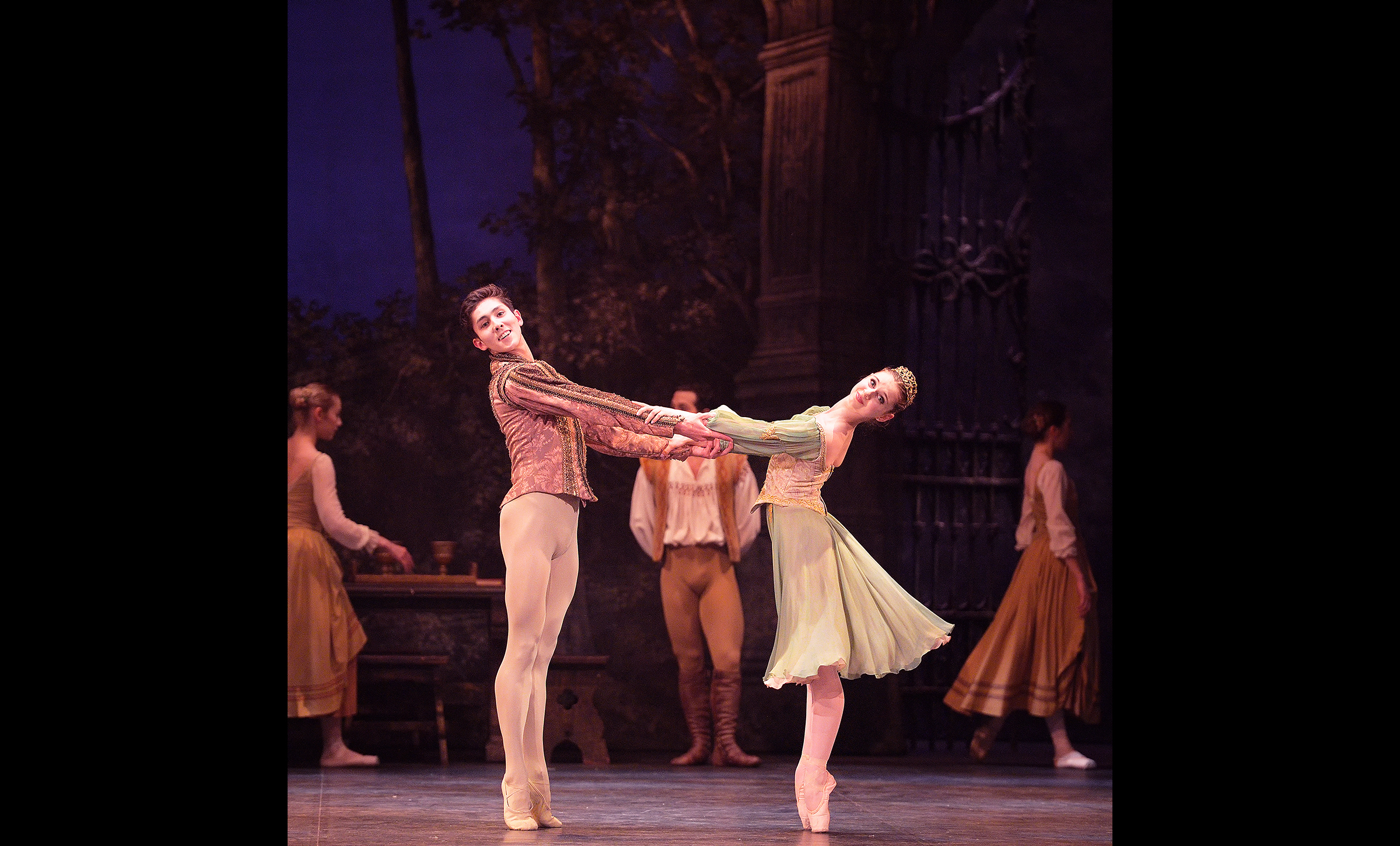 Erik Woolhouse and Julia Conway in Swan Lake (c) Laurent Liotardo_WEB
