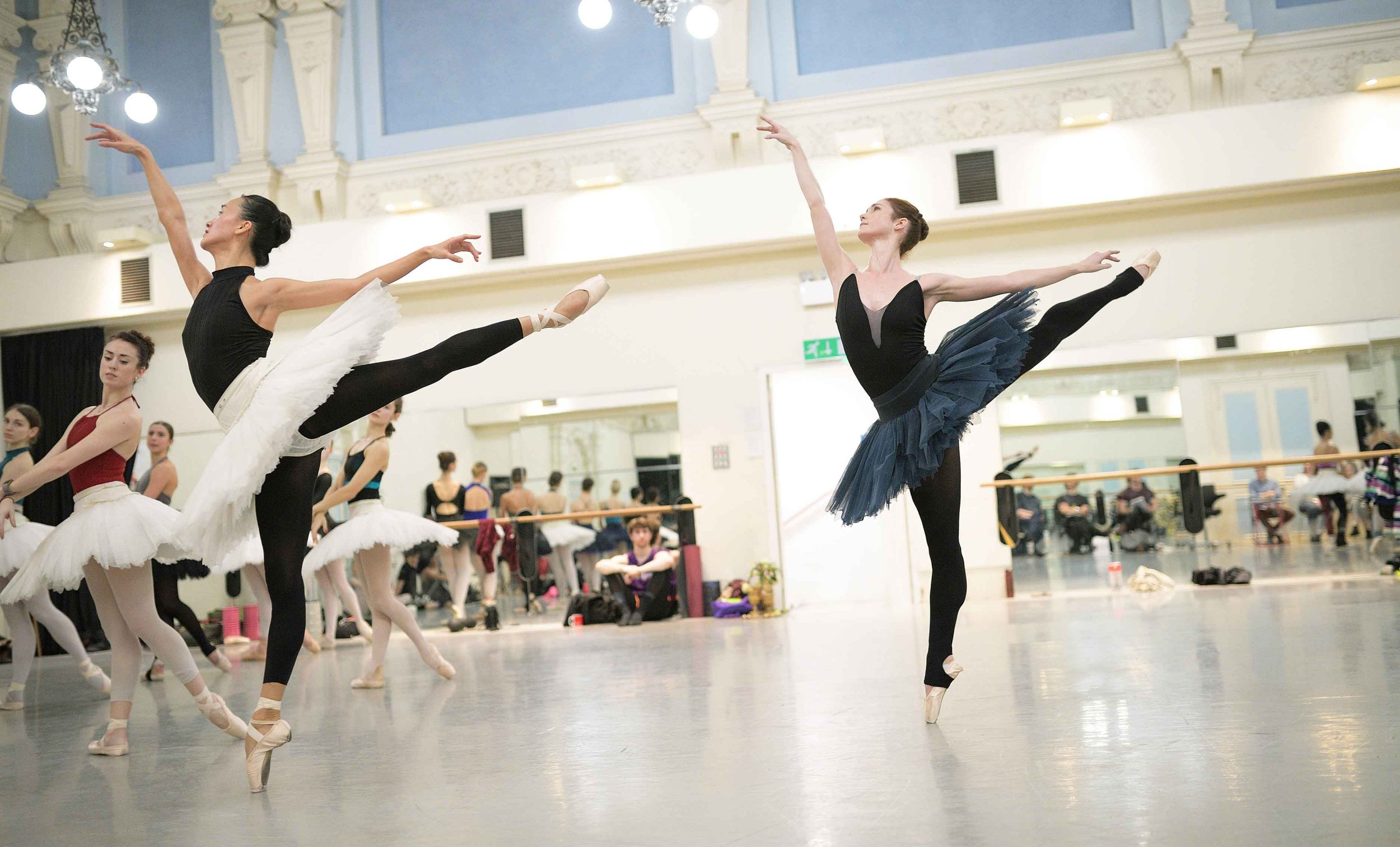 Jia-Zhang-and-Alison-McWhinney-in-rehearsals-for-Swan-Lake-(c)-Laurent-Liotardo-(2)_web