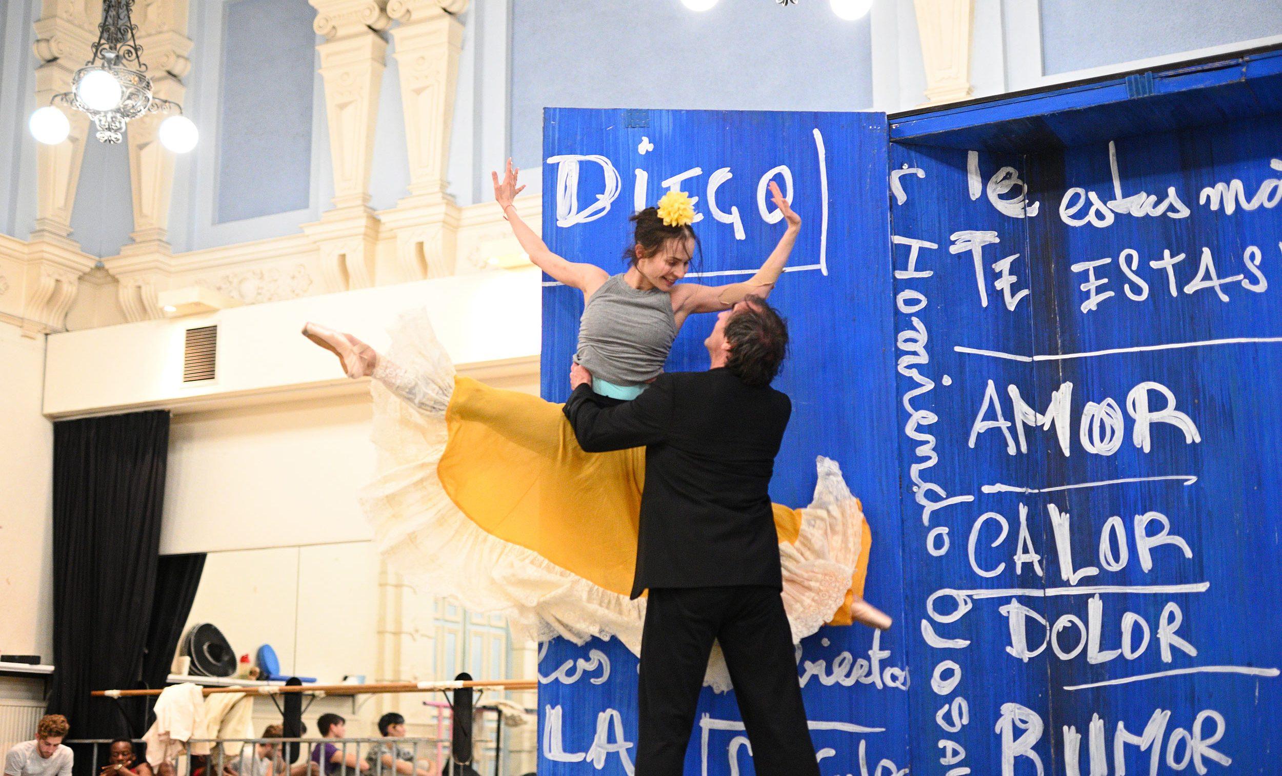 Katja Khaniukova and Irek Mukhamedov rehearsing Annabelle Lopez Ochoa's Broken Wings © Laurent Liotardo