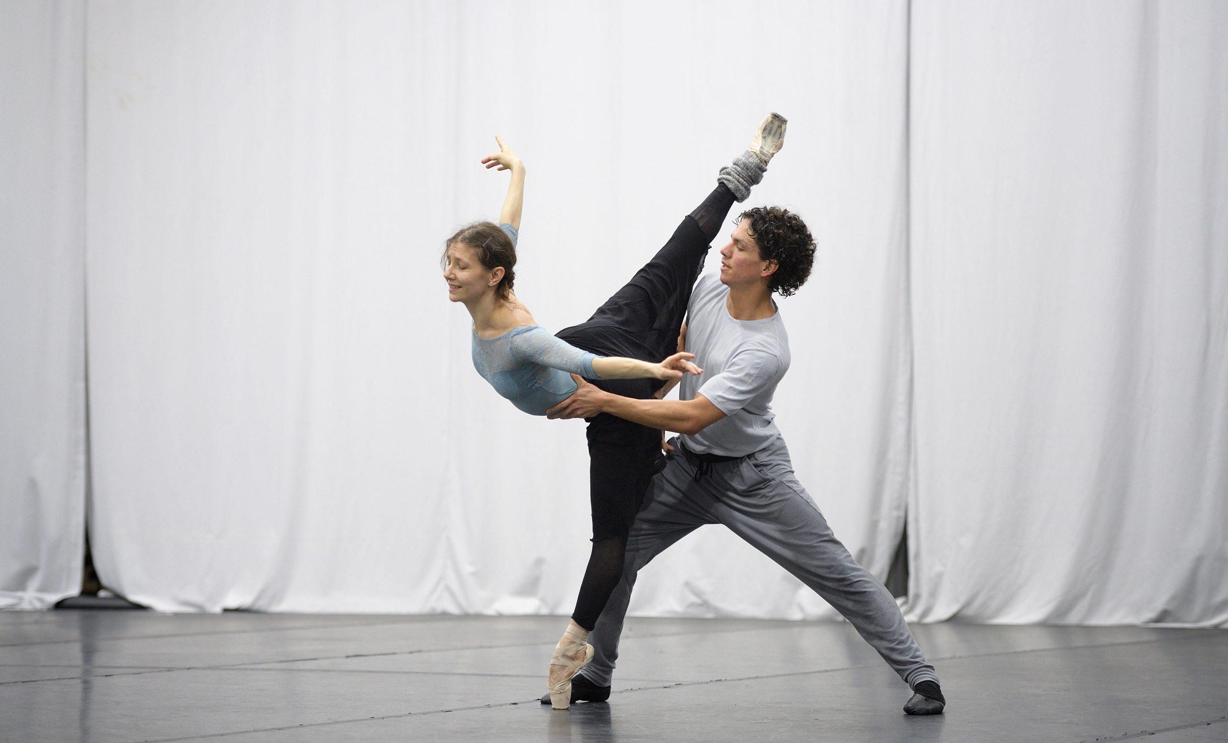 Alina Cojocaru and Isaac Hernandez rehearsing Christopher Wheeldon's Cinderella © Laurent Liotardo