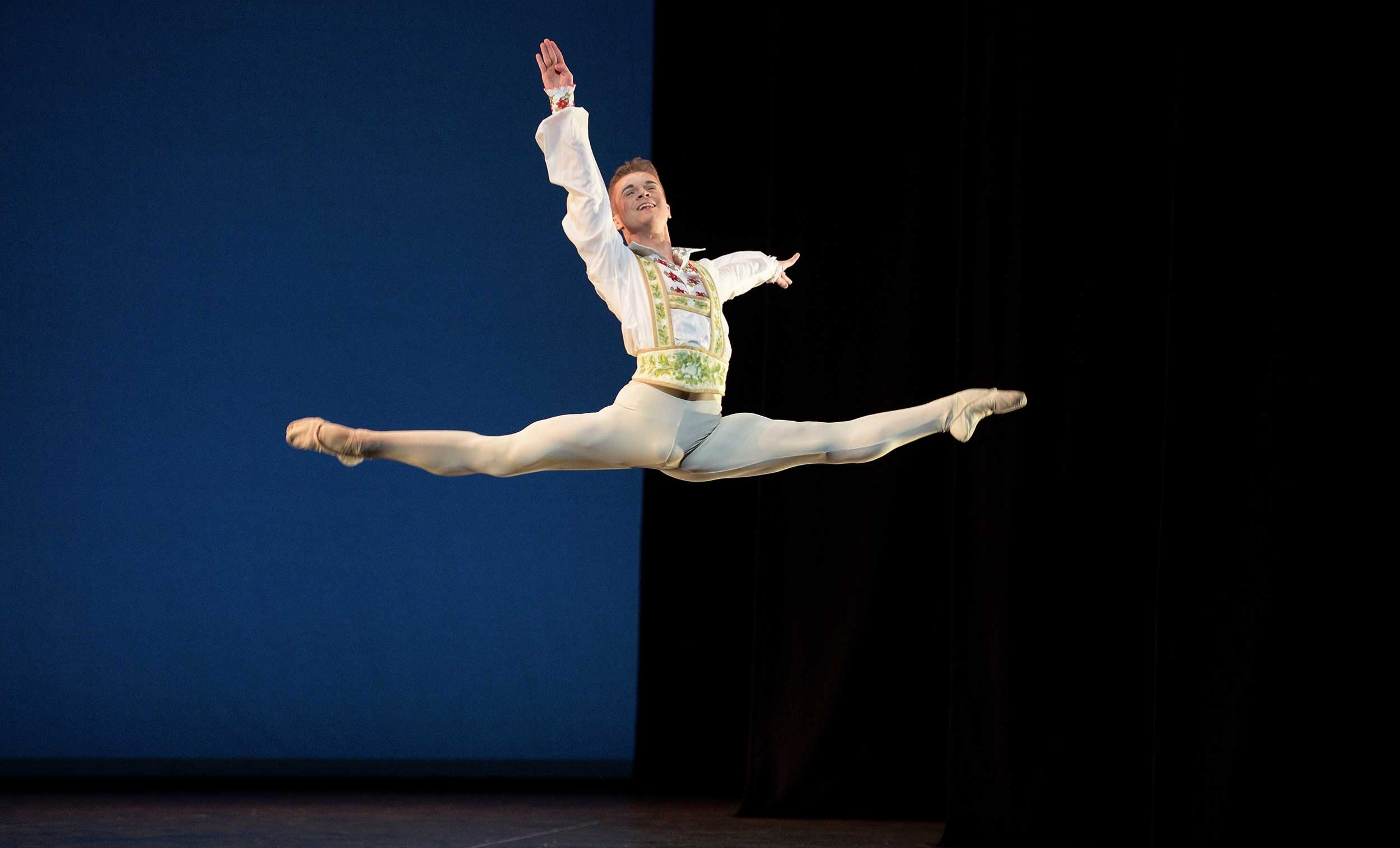 WEB-Rhys-Antoni-Yeomans-performing-Coppélia-(c)-Laurent-Liotardo