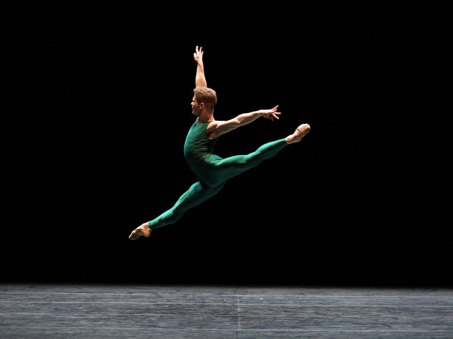 WEB-Rhys-Antoni-Yeomans-performing-In-The-Middle,-Somewhat-Elevated-(c)-Laurent-Liotardo