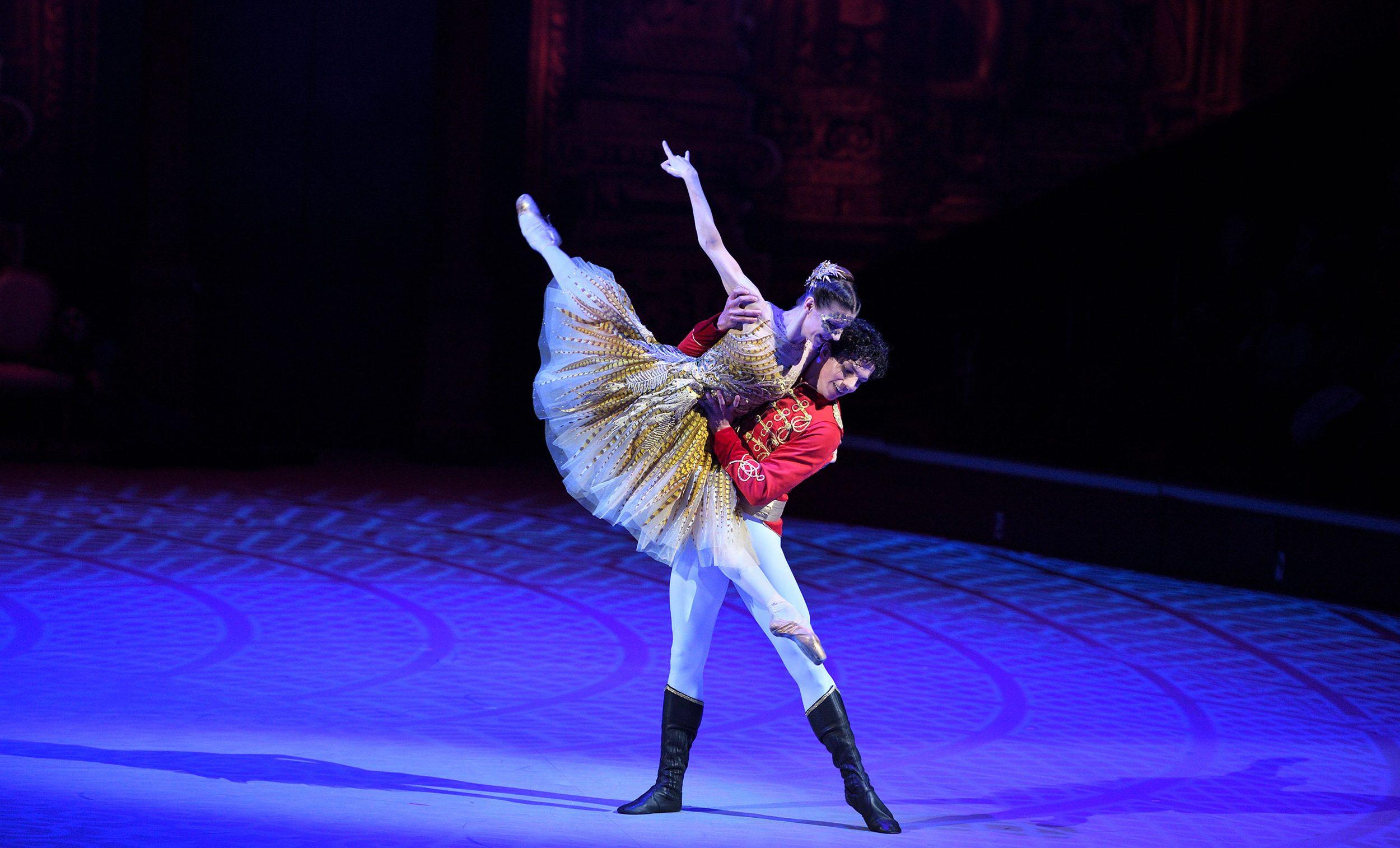 Cinderella: Ballroom pas de deux (extract) | English National Ballet