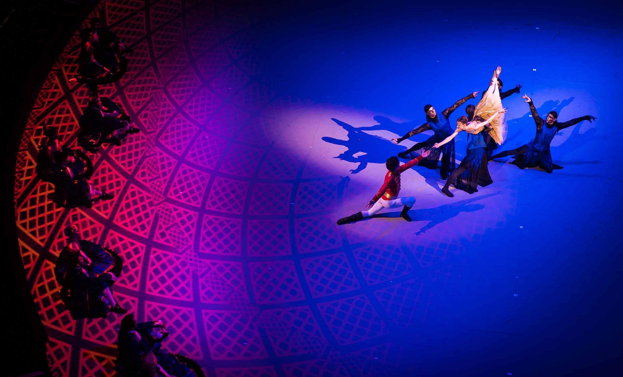 Alina Cojocaru, Isaac Hernandez and English National Ballet in Cinderella in-the-round © Ian Gavan.