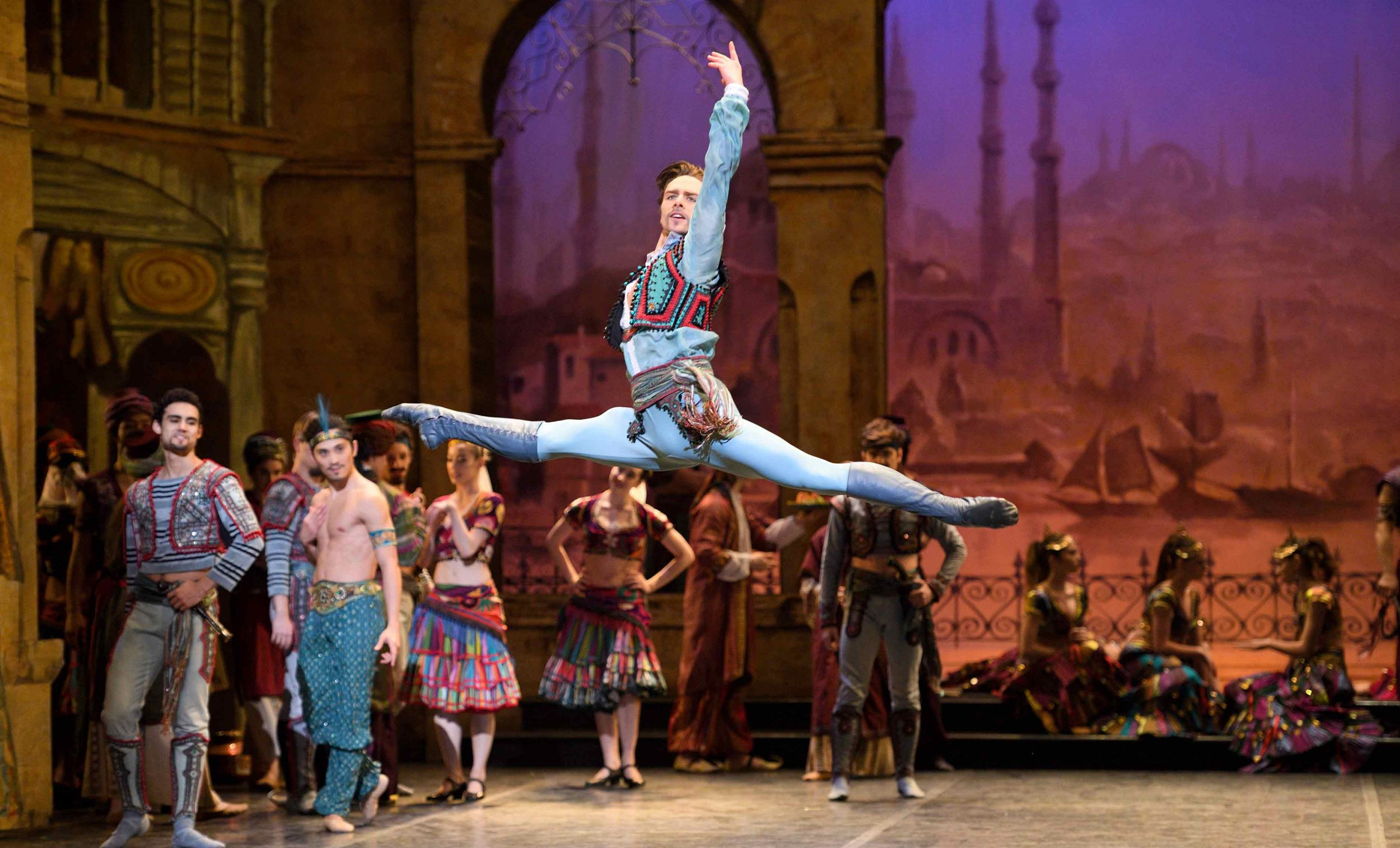 Francesco Gabriele Frola as Conrad in Le Corsaire © Laurent Liotardo.