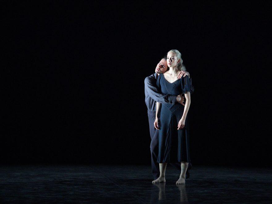Emily Suzuki and Victor Prigent performing Hollow by Stina Quagebeur © Laurent Liotardo